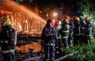 Bomberos trabaja en incendio que afecta a bodega en Santiago Centro