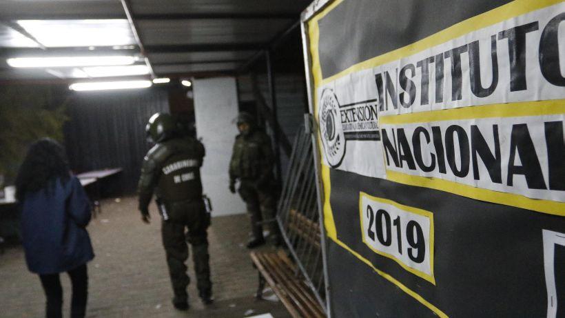"""Carabineros """"desalojó"""" Instituto Nacional tras orden de alcalde Alessandri"""