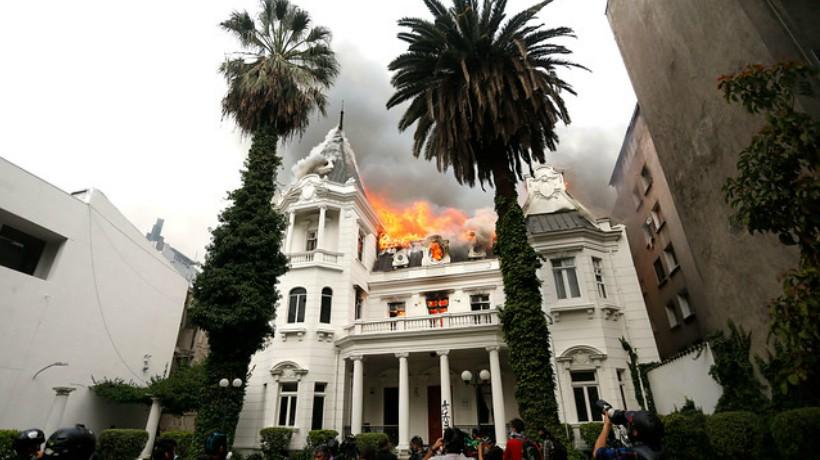 Incendio afecta sede de la Universidad Pedro de Valdivia en Avenida Vicuña Mackenna