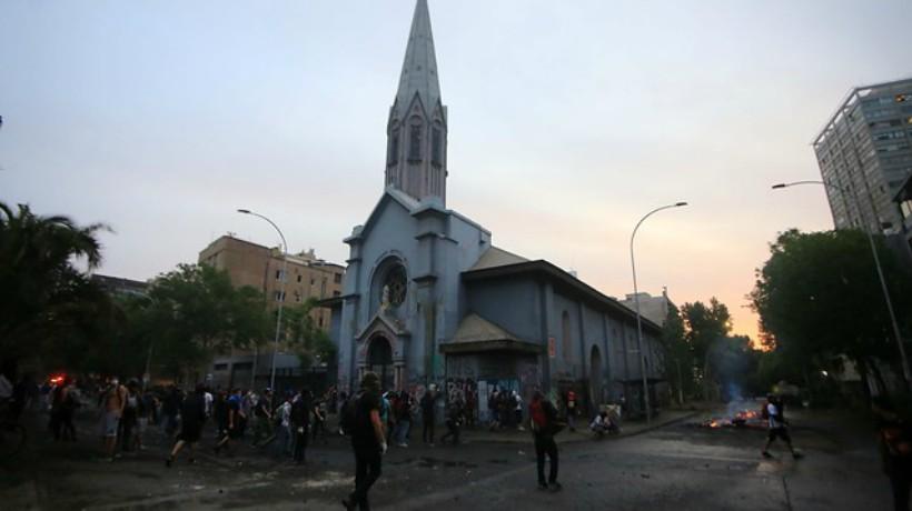 Figuras religiosas y bancas de la Parroquia de la Asunción terminaron quemadas en una barricada