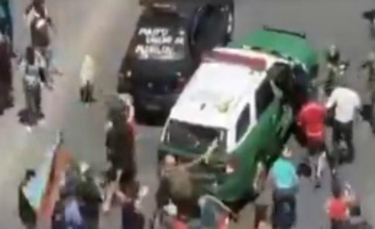 Cinco carabineras resultaron heridas tras ataque en manifestación en Santiago