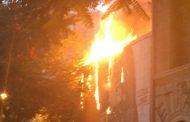 Bomberos controlan incendio en el Centro Cultural Gabriela Mistral