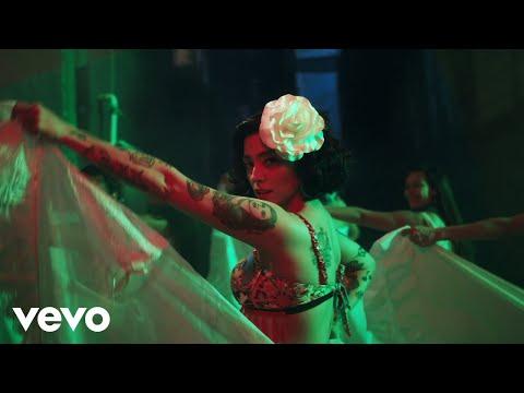 """[VIDEO] Mon Laferte estrenó video de su nueva canción """"Plata Ta Tá"""" y sorprendió con aparición de actriz mexicana"""
