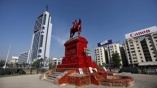 Intendencia confirma que realizaron restauración express de estatua de Baquedano