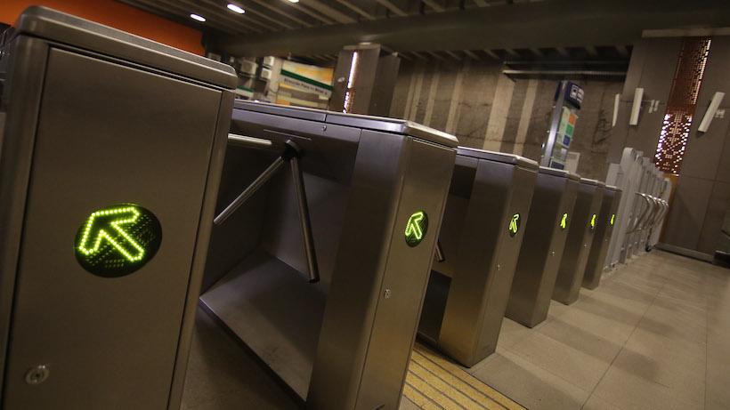 [VIDEO] Se viraliza pelea al interior del Metro de Santiago que involucró a hombre sin mascarilla